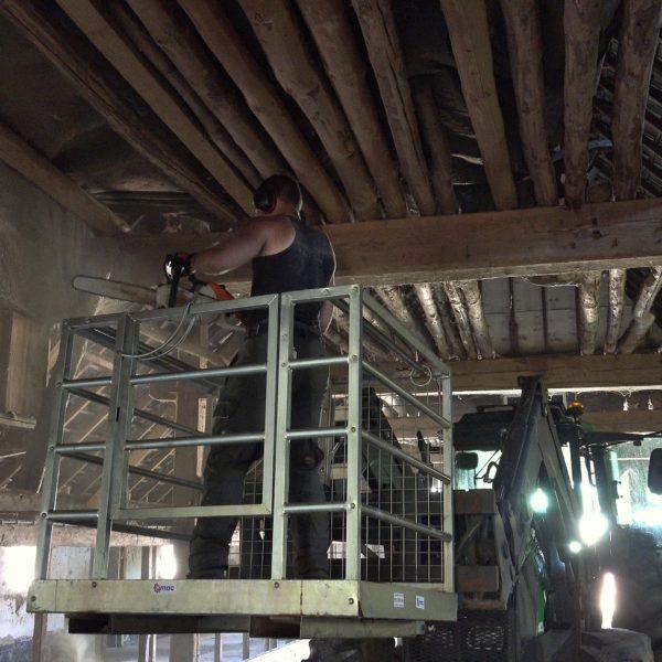 De slieten worden verwijderd met de zaag en trekker.