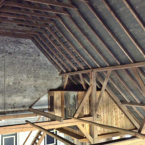 Uitzicht vanaf de slietenzolder op het achterhuis. Rechts de knechtenkamer.