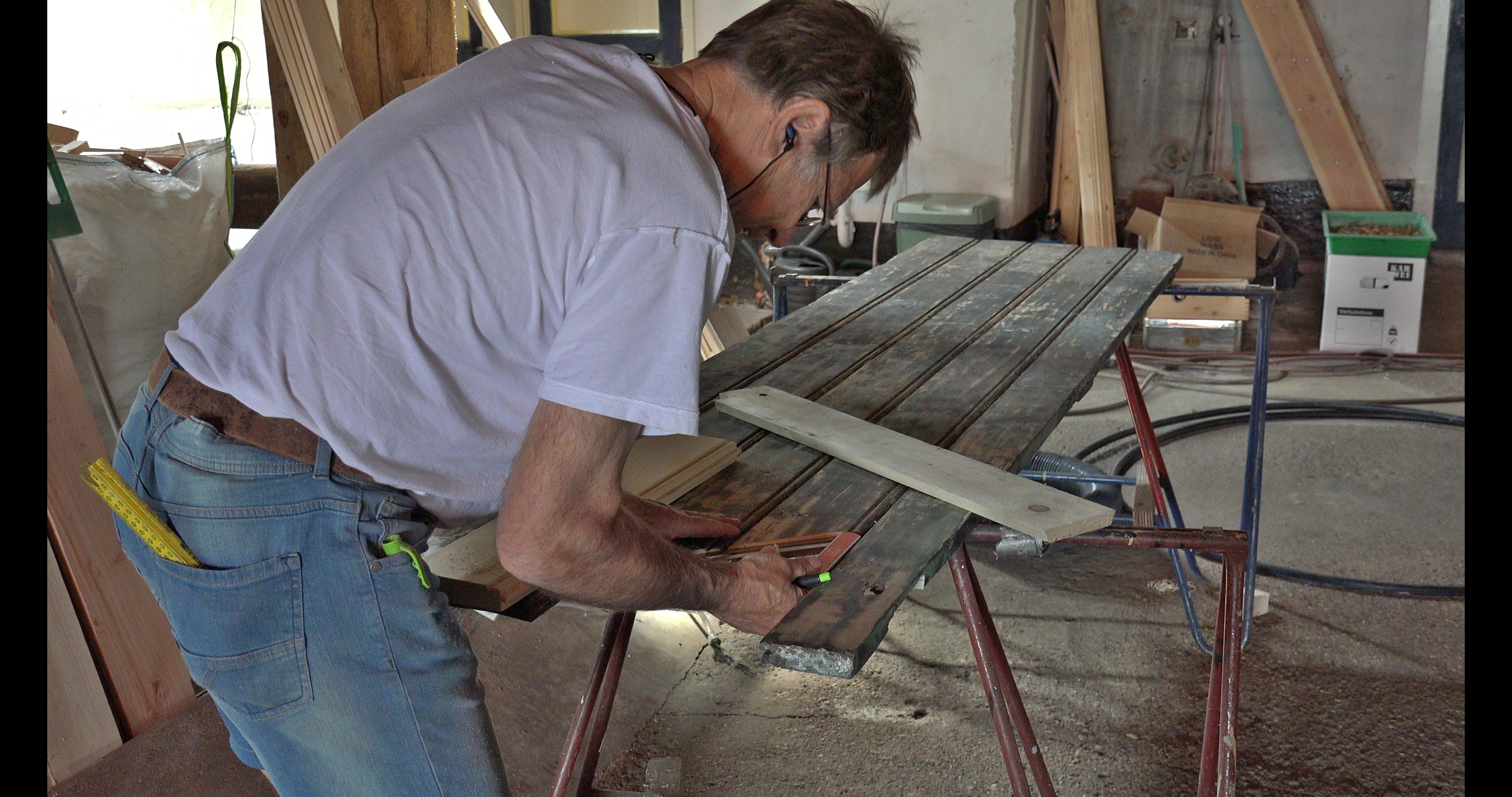 Peter repareert een luik.
