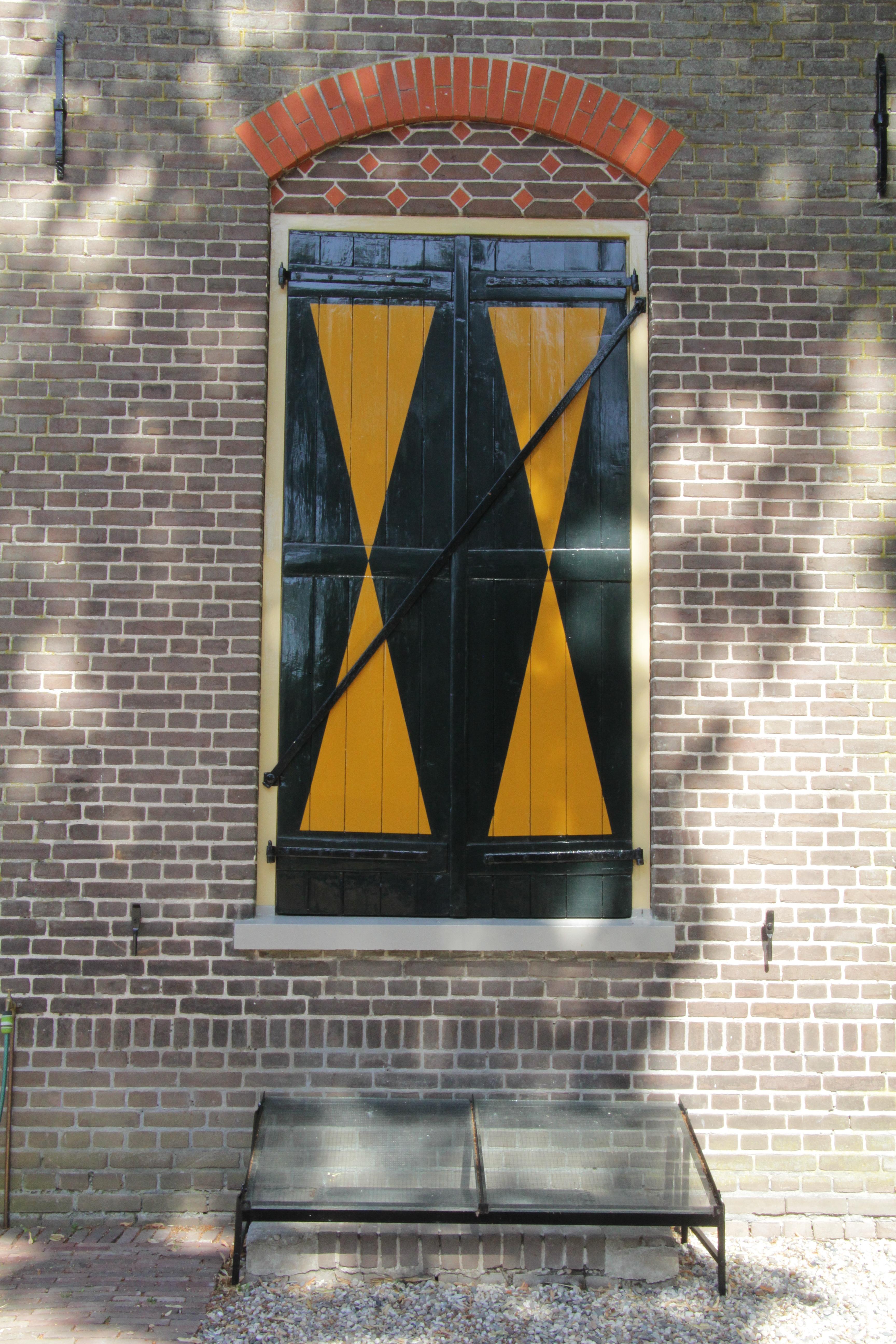 Een gesloten luik met diagonaal ijzer.