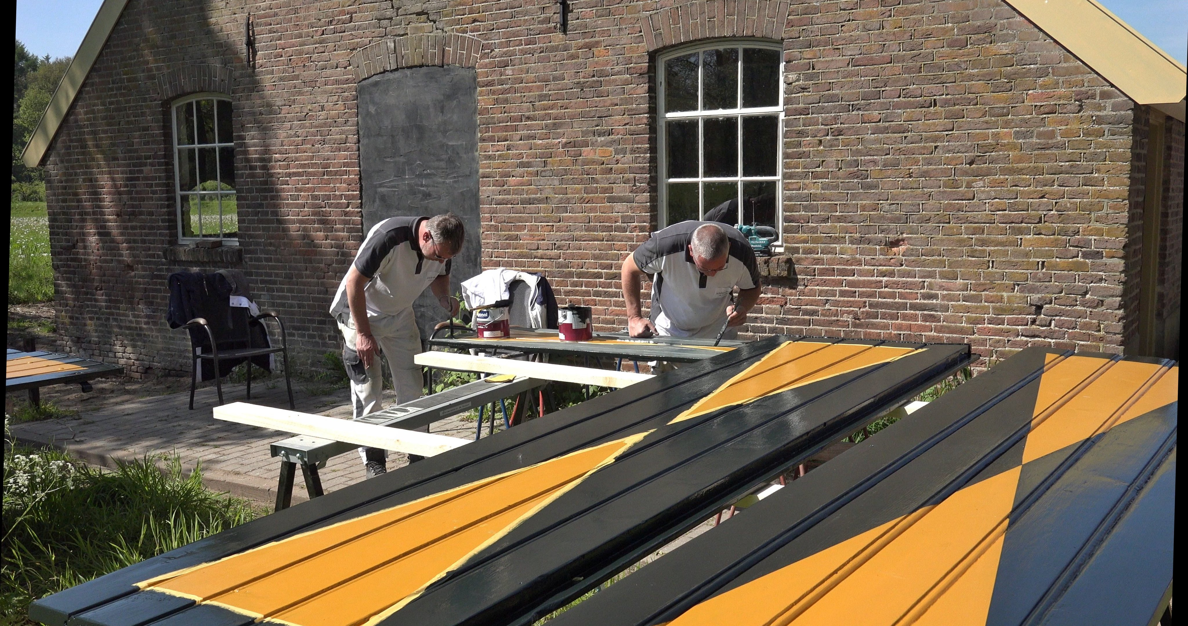 Eric en Erwin schilderen de luiken.