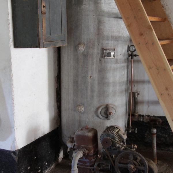 De oude waterpomp is buiten gebruik.