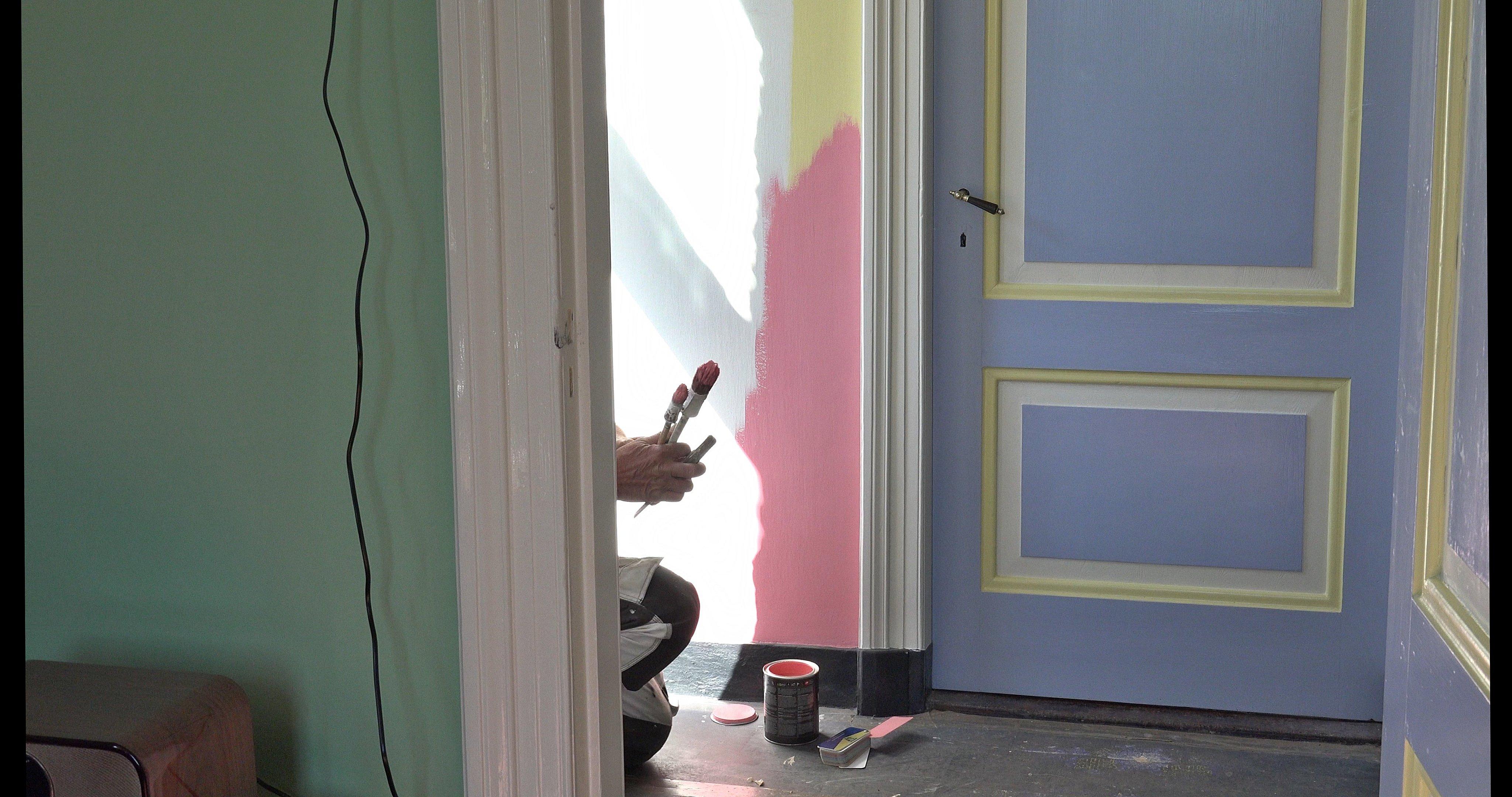 Twee proefkleuren voor de muur van de gang. Het werd licht blauw.