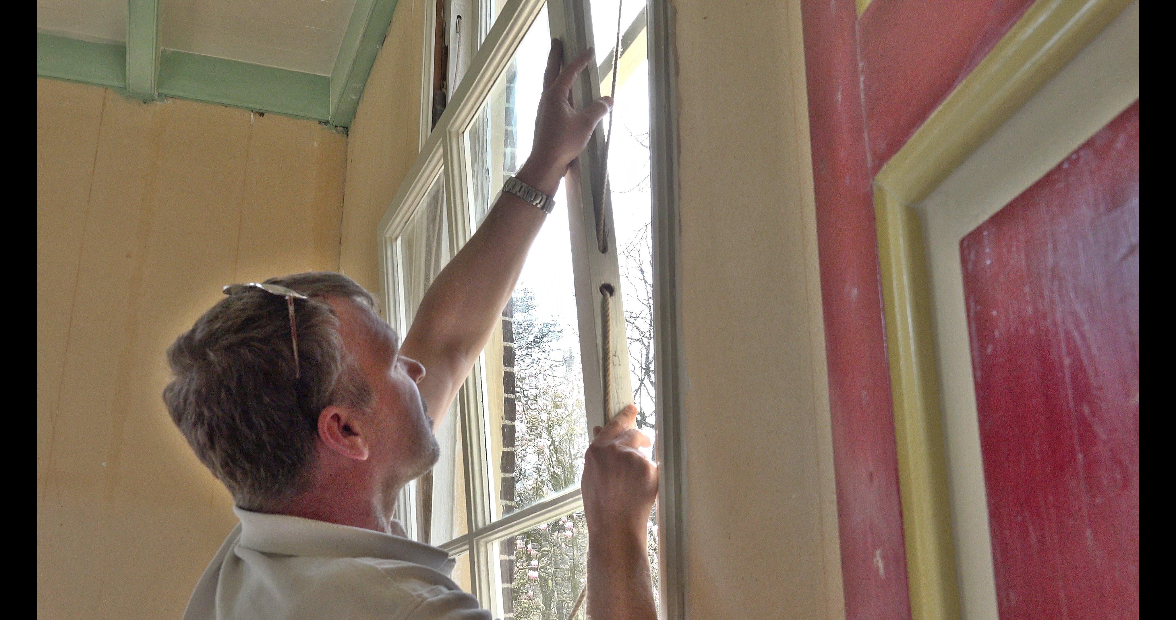 Erwin brengt een raamkoord aan