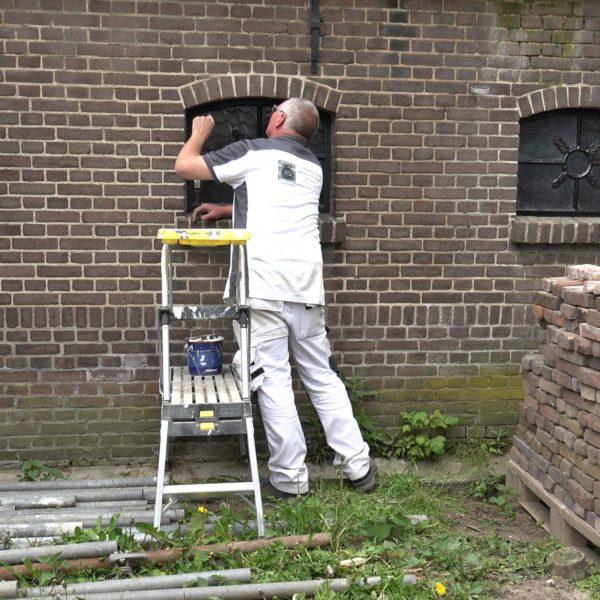 Eric schilder de stalramen van het achterhuis zwart.