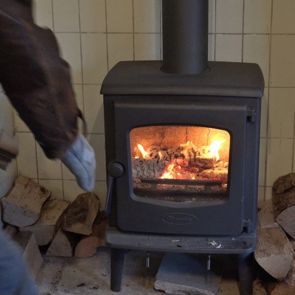 Tijdelijke houtkachel in de keuken.