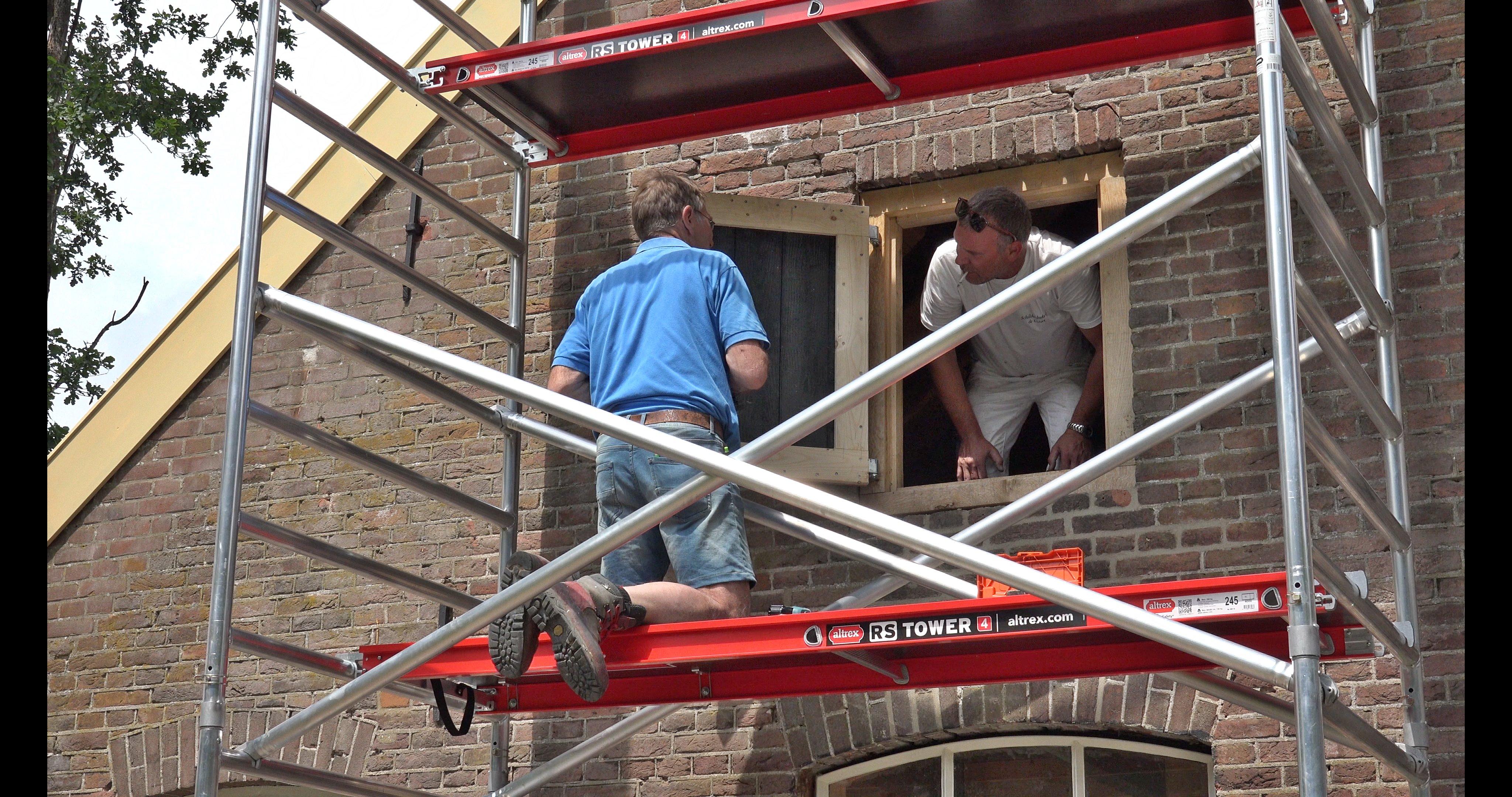 Peter en Erwin monteren een hooiluik.