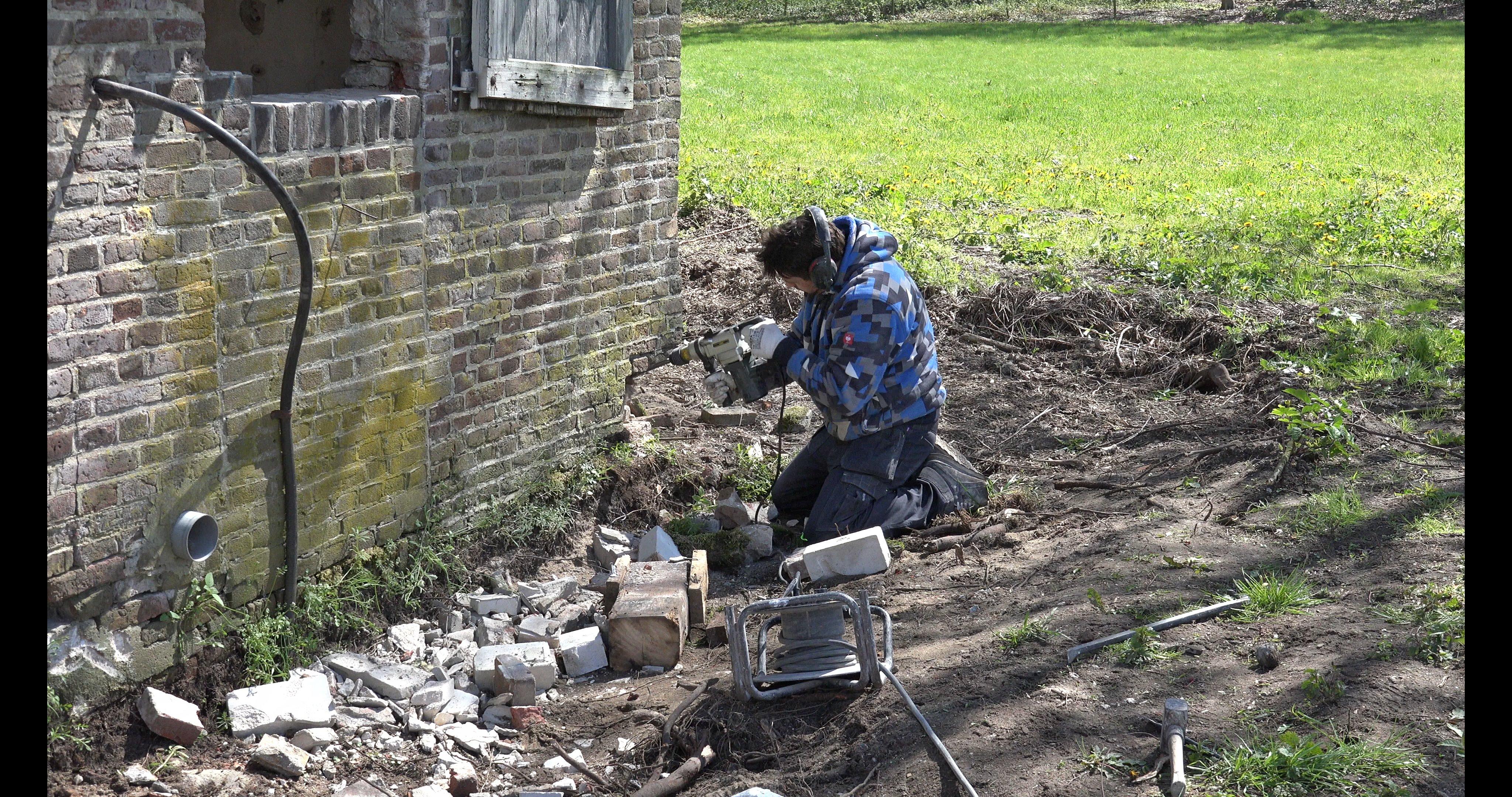 Kasper restaureert de zuid-westhoek van de gevel.