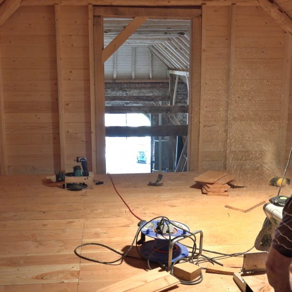 Peter maakt een zoldervloer.