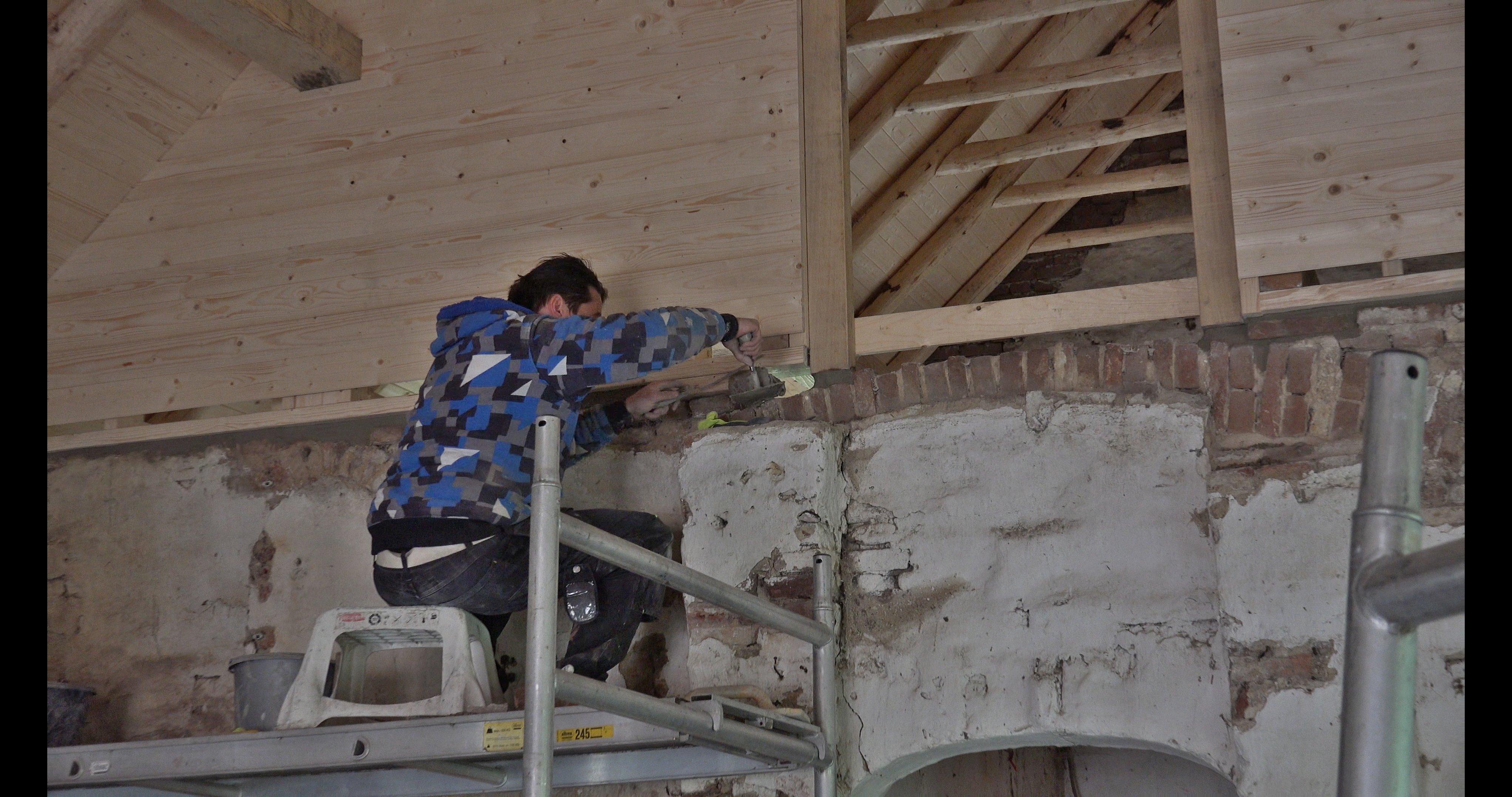Kasper restaureert de brandmuur.