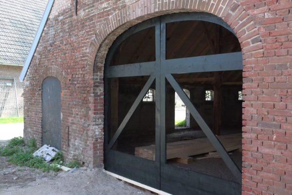 Het frame voor de grote staldeuren.
