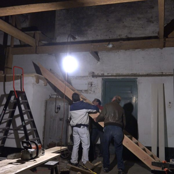 Montage van de trap op deel naar de zolder.
