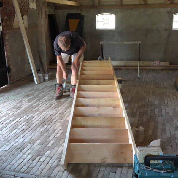 Peter maakt een trap in 1 dag.