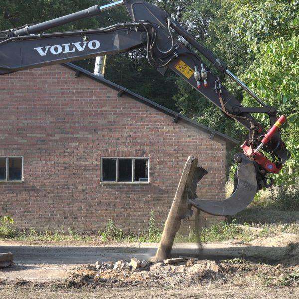 Verwijderen betonverharding achter de werkschuur.