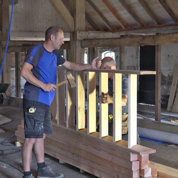 Wes en Hans maken een trap voor de knechtenkamer.