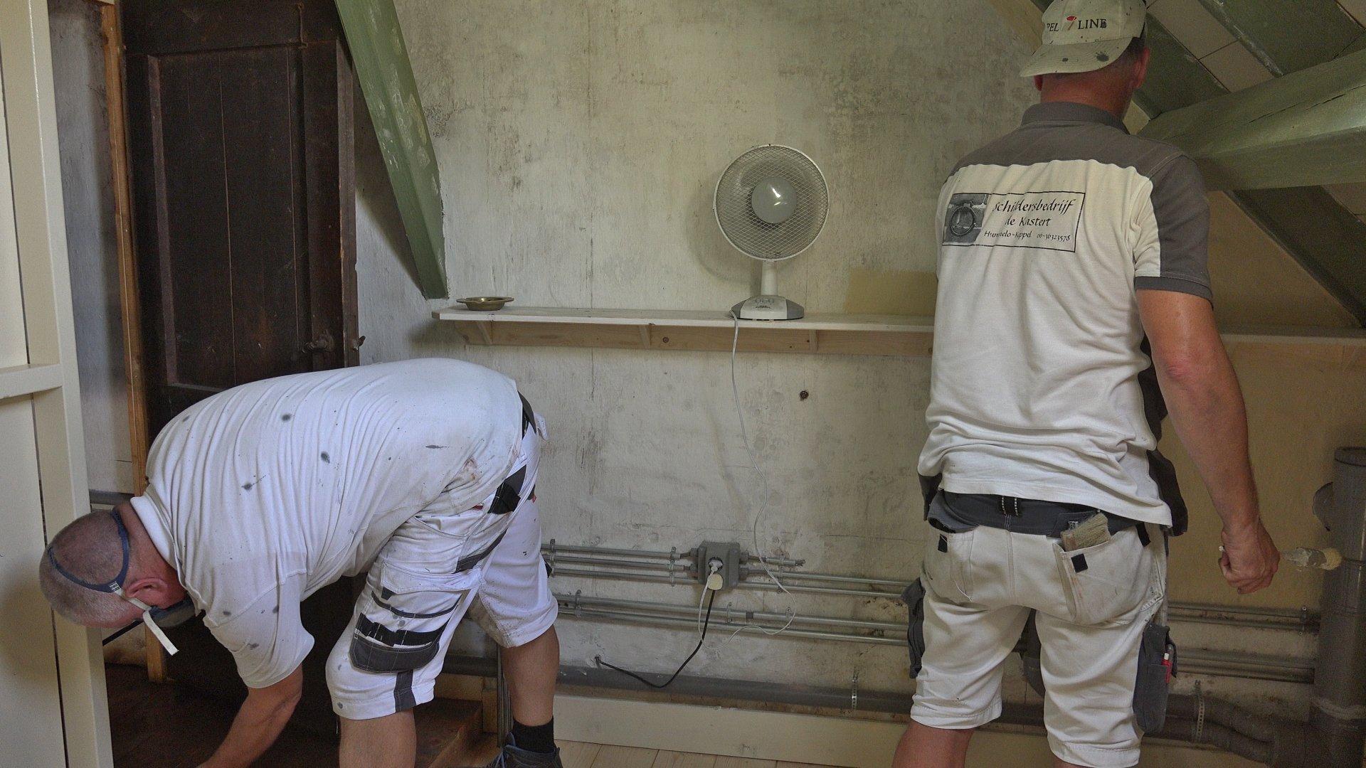 Eric en Erwin schilderen de knechtenkamer.