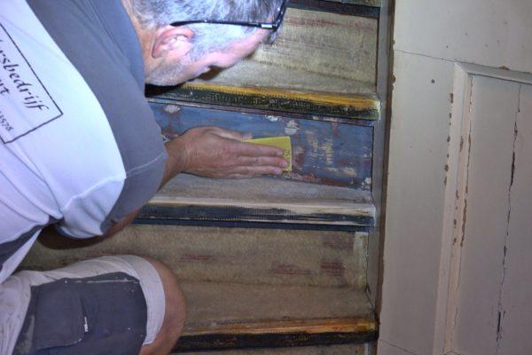 Het was veel werk om de trap naar de zolder kaal te maken.
