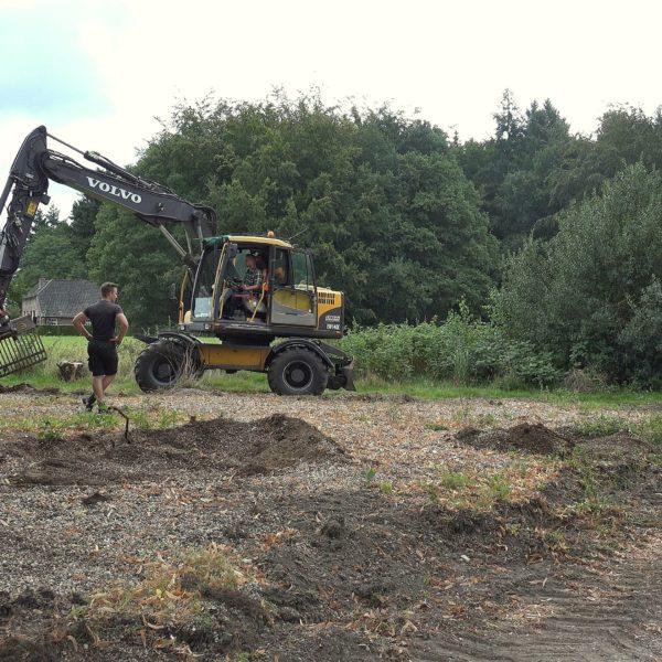 Het terrein wordt tot de oorspronkelijke hoogte afgegraven.