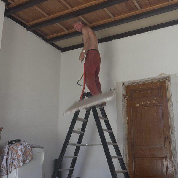 Han sloopt het verlaagde plafond.