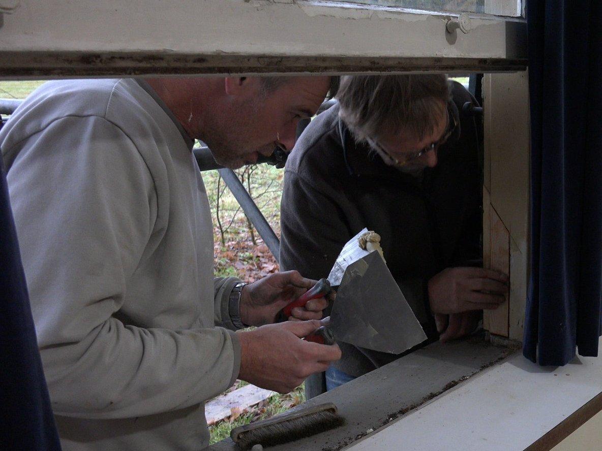 Peter en Erwin repareren een raamkozijn.