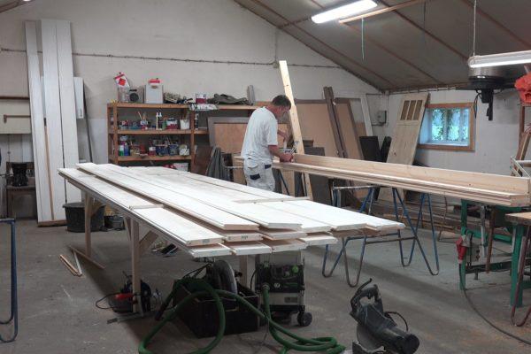Erwin grondt de planken voor de zoldervloer