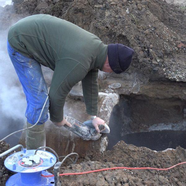 Kees slijpt een betonnen mestkelder door