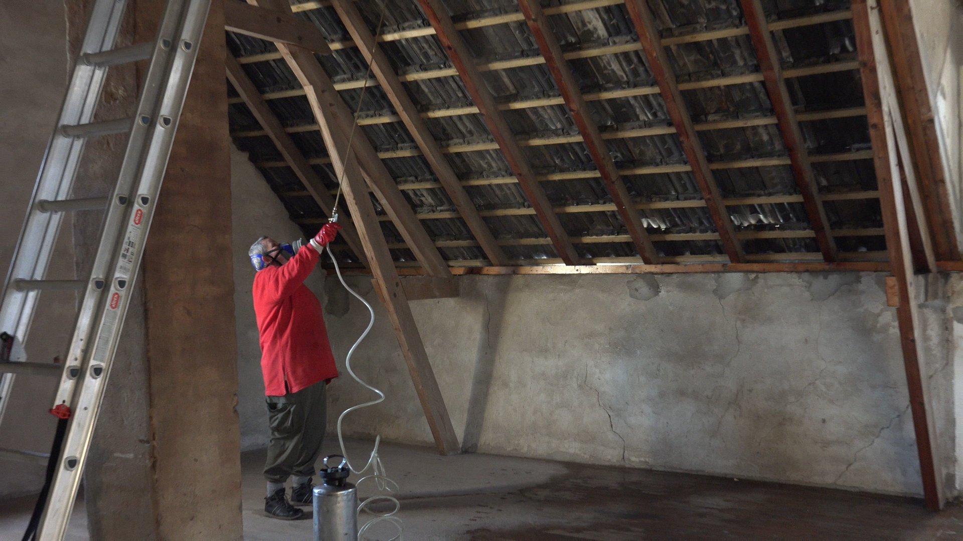 De zolder wordt ingespoten tegen houtworm