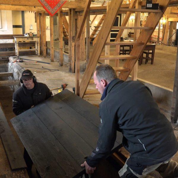 Sander en Hans monteren deuren op de grup.