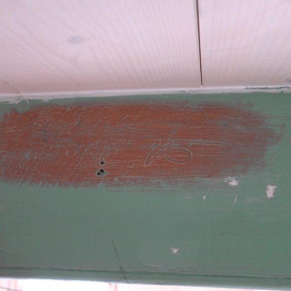 Signaturen op de plafondbalk in de eetkamer.