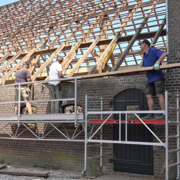 Hans, Sander en Wes brengen een nieuwe muurplaat aan