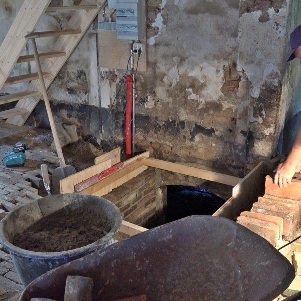 De kelder ingang wordt gerestaureerd.