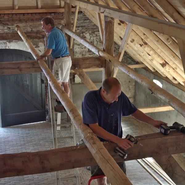 Peter en Wes monteren slieten in de schuur