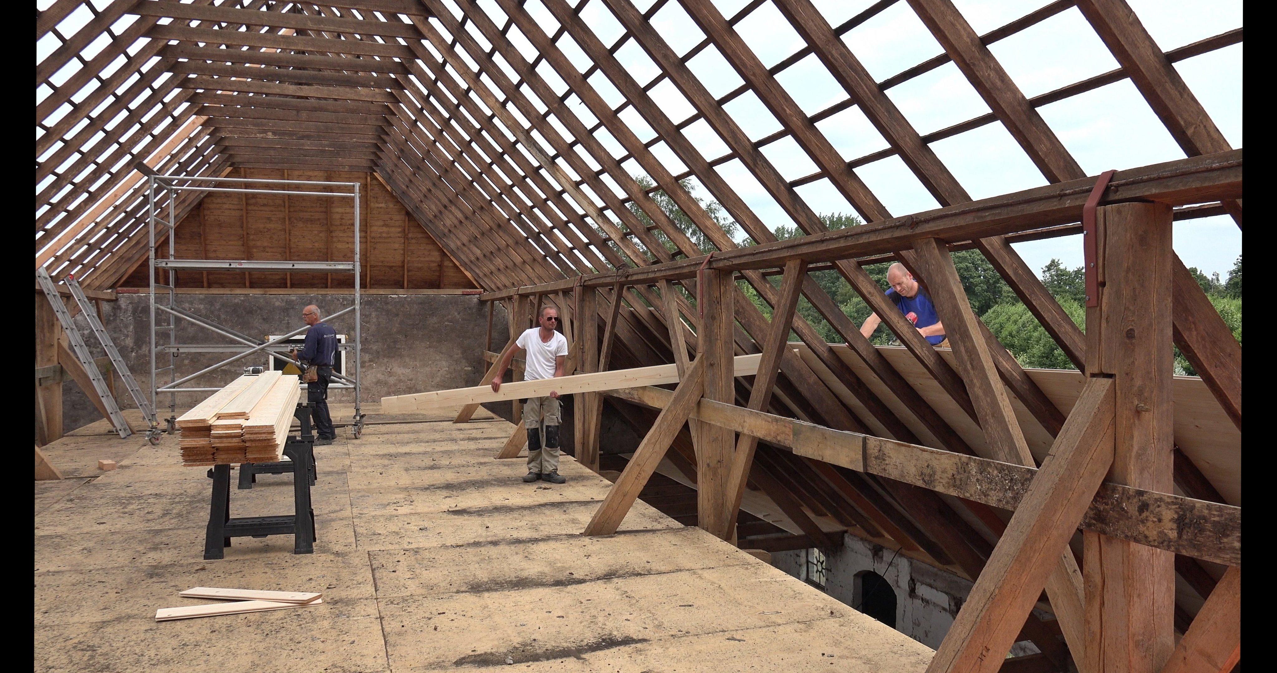 Sander, Wes en Hans beschieten het dak