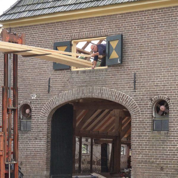Hans pakt het dakbeschot aan