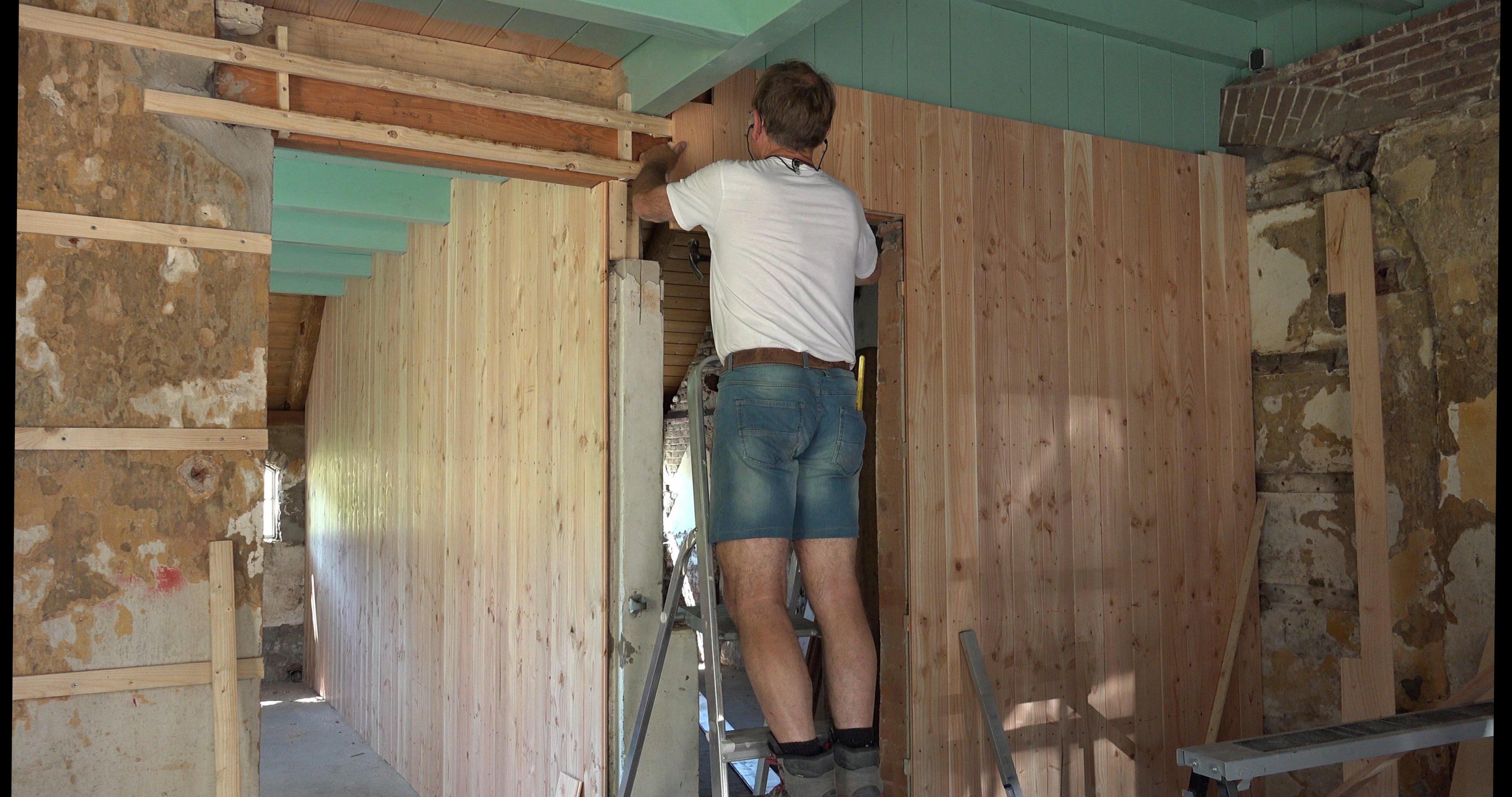 Peter timmert de voorkamer af.
