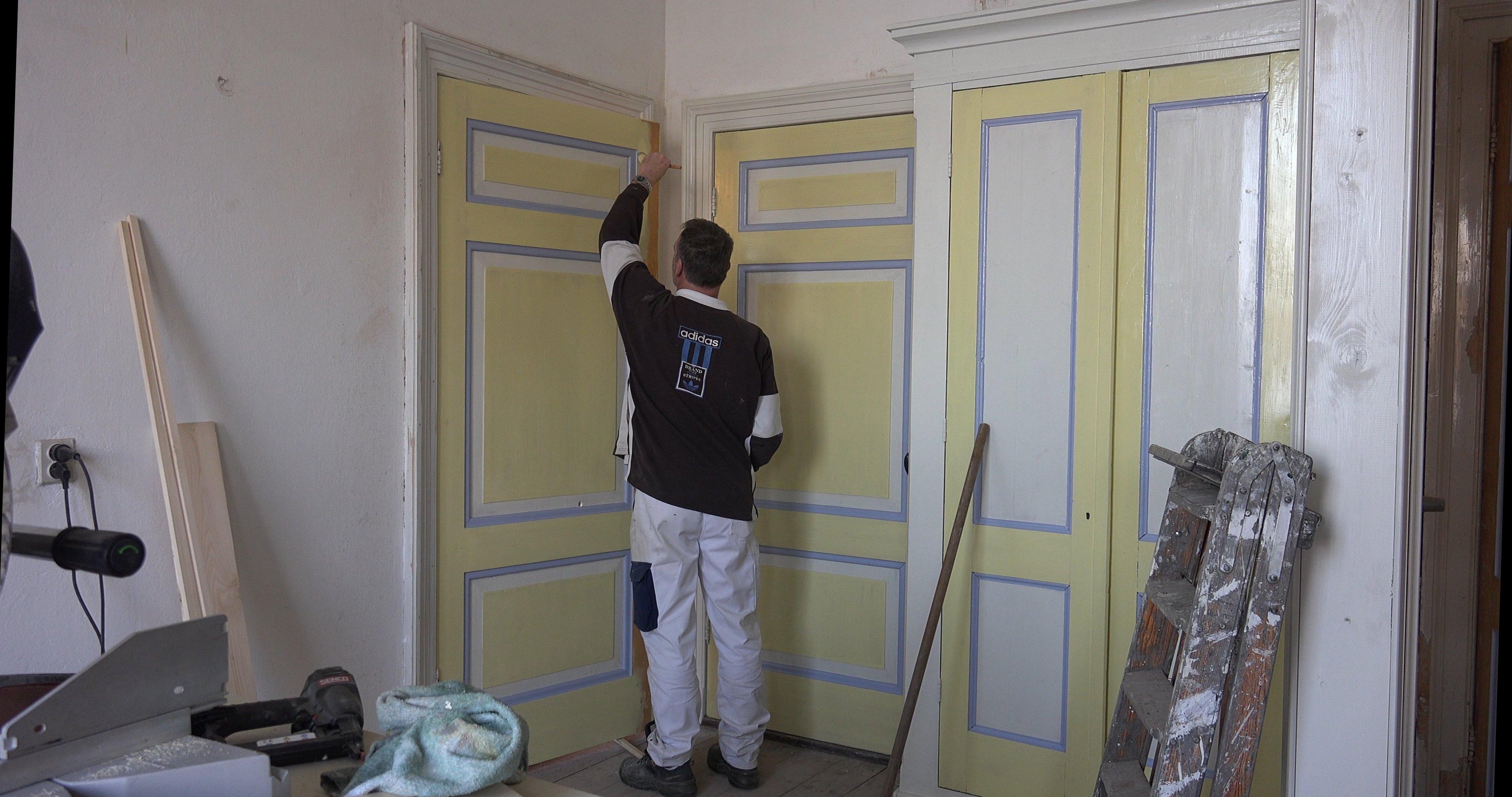 Erwin schildert de deuren in de werkkamer.