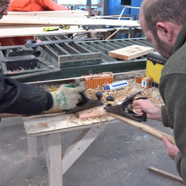 Fred en Hans maken de gebintpennen op maat