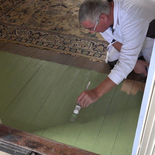 Eric zet een proefstukje oud groen in de eetkamer op.