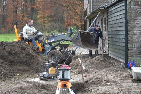 Kees en Wes leggen een terras aan.
