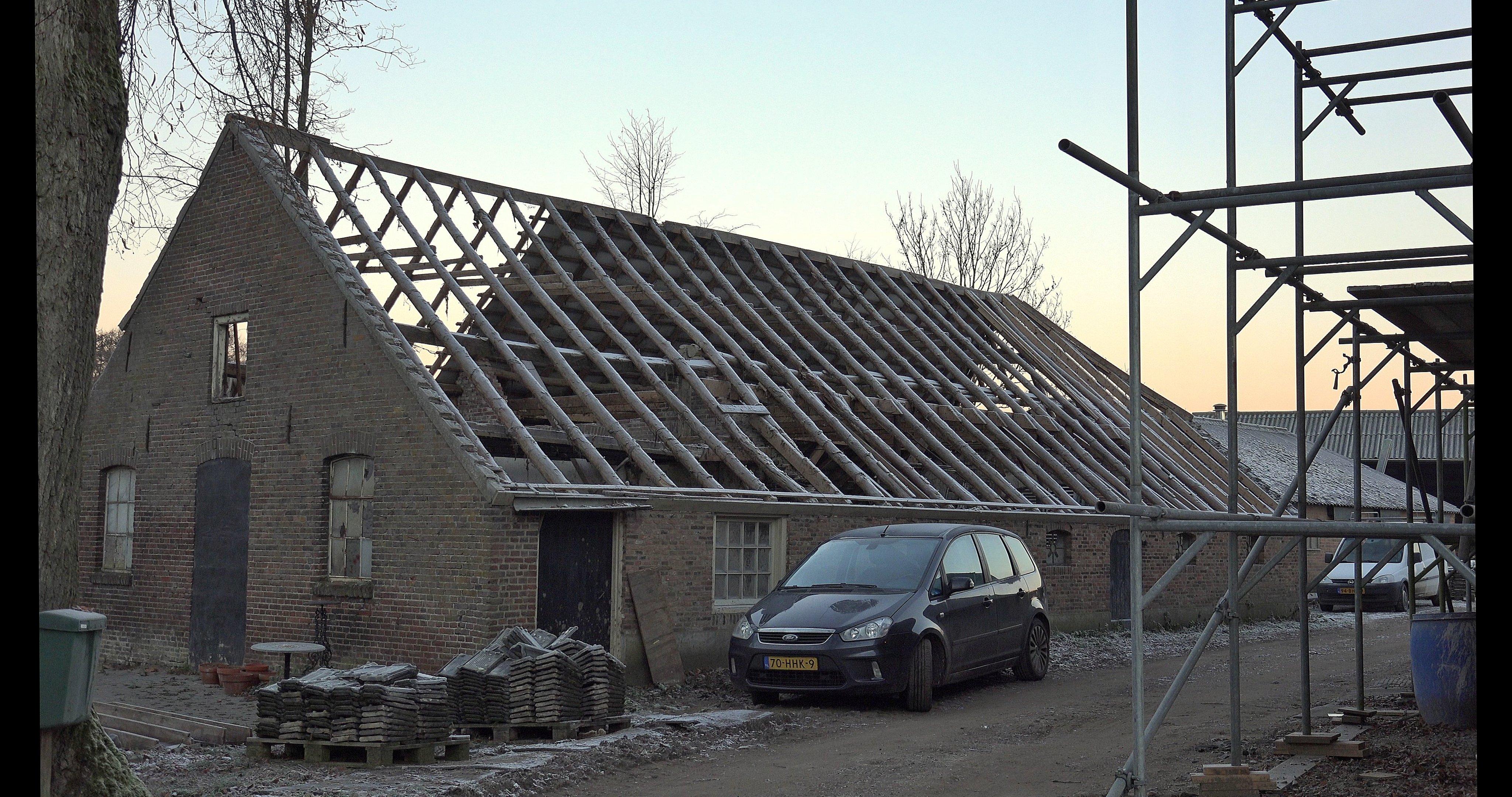 Het dak na verwijderen pannen en panlatten.