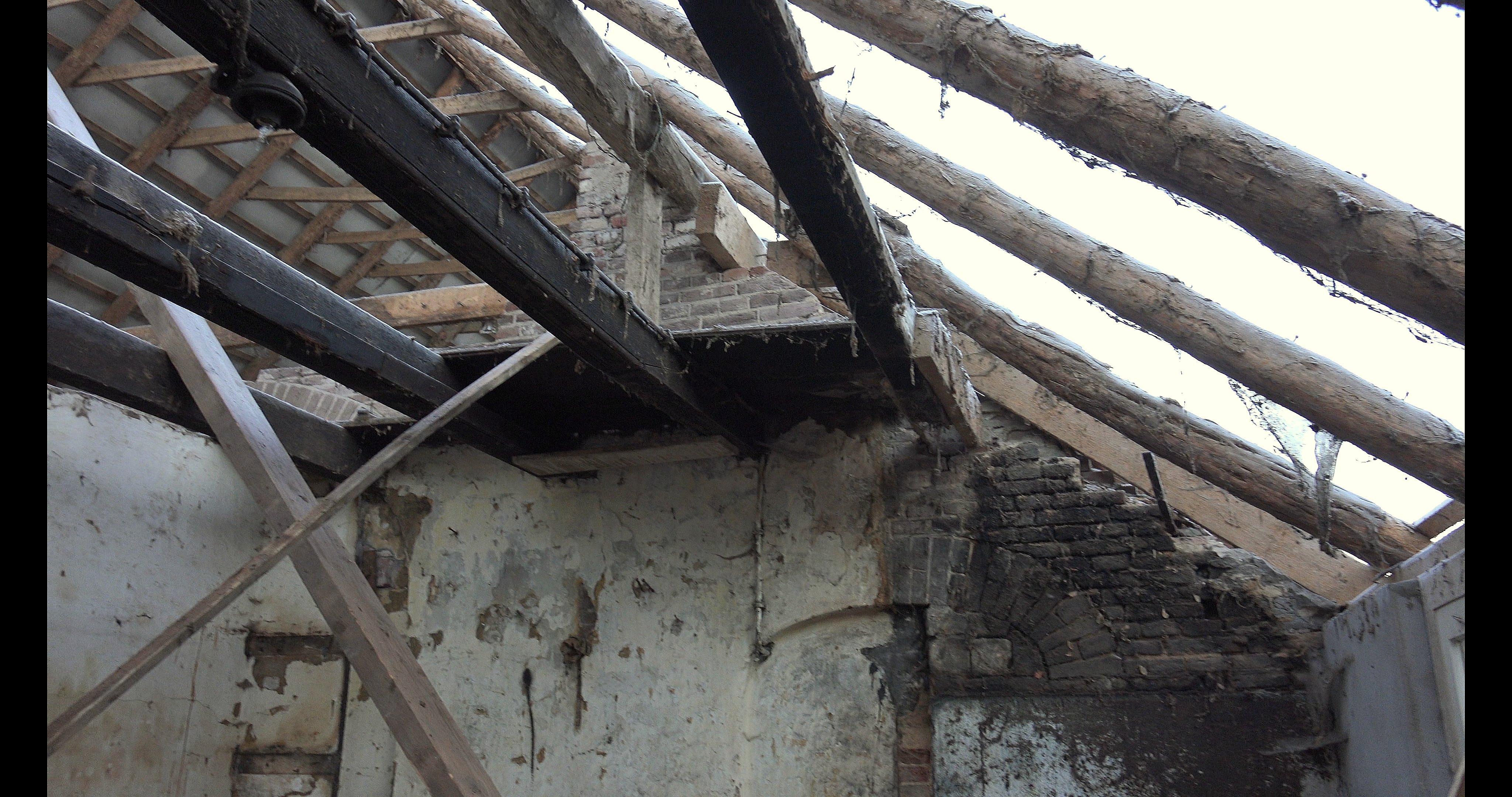 Oude sporen en balken van de zolder.