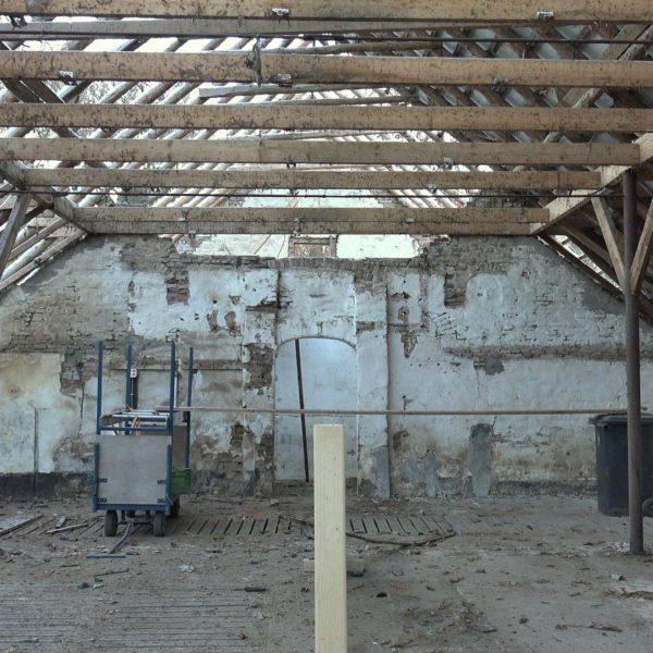 De schuur voor asbestsanering.