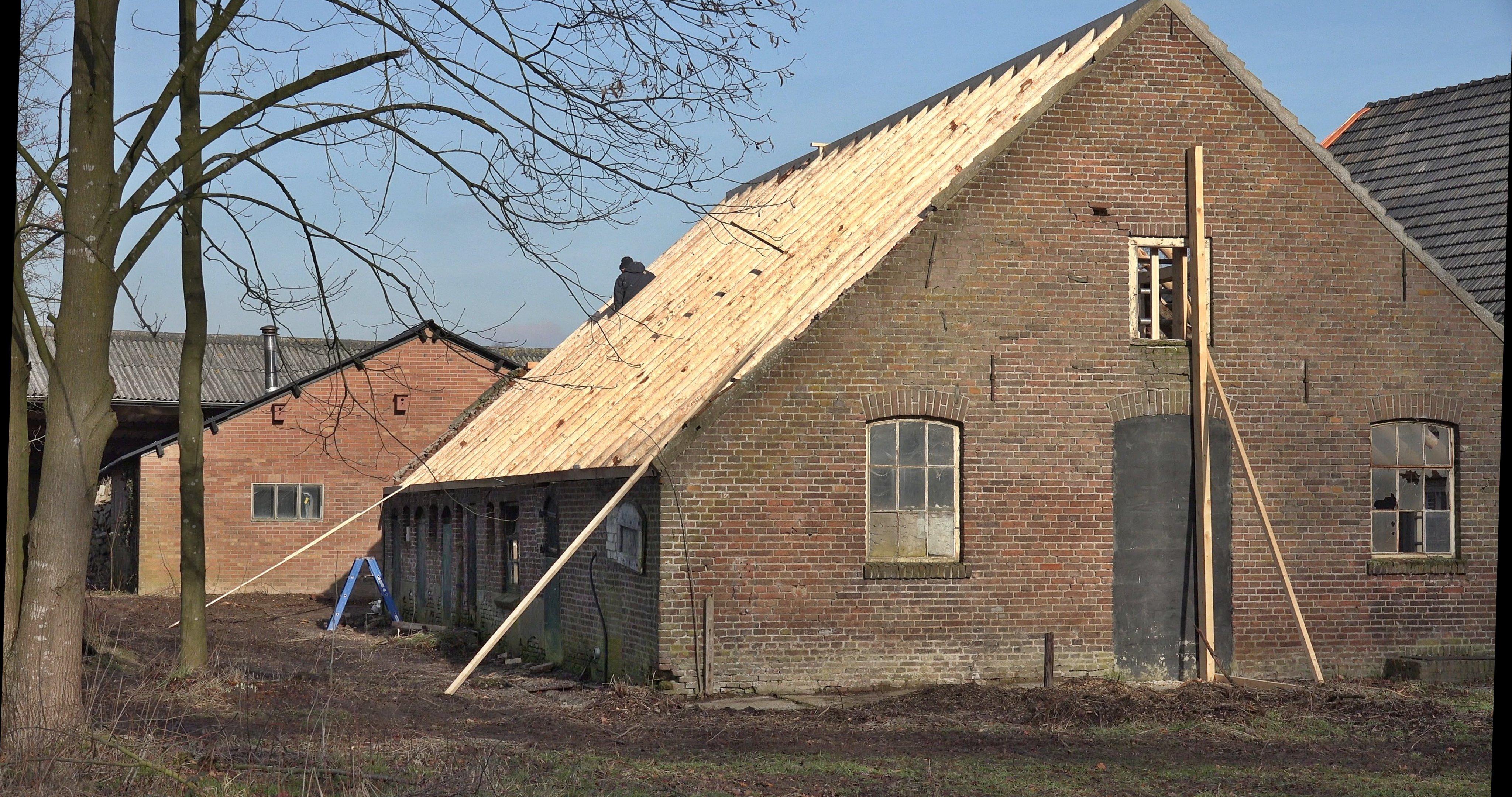 Het dak met nieuwe sporen.
