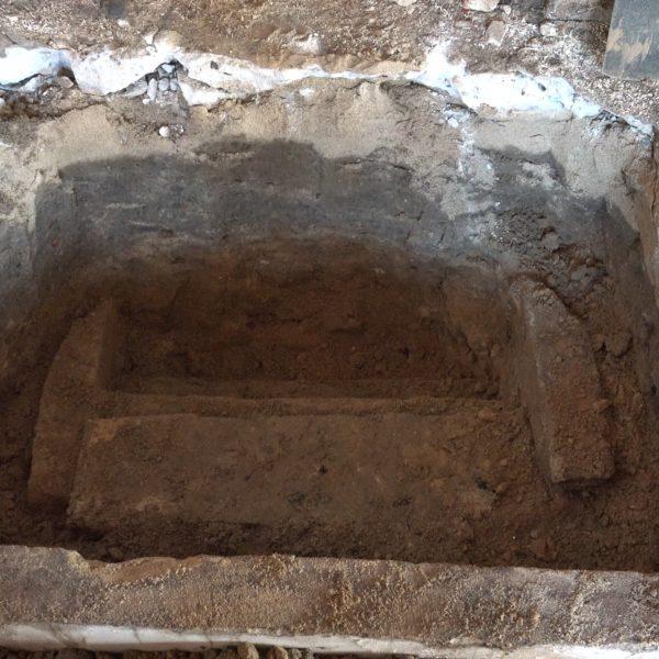 De kelderingang na uitgraven.