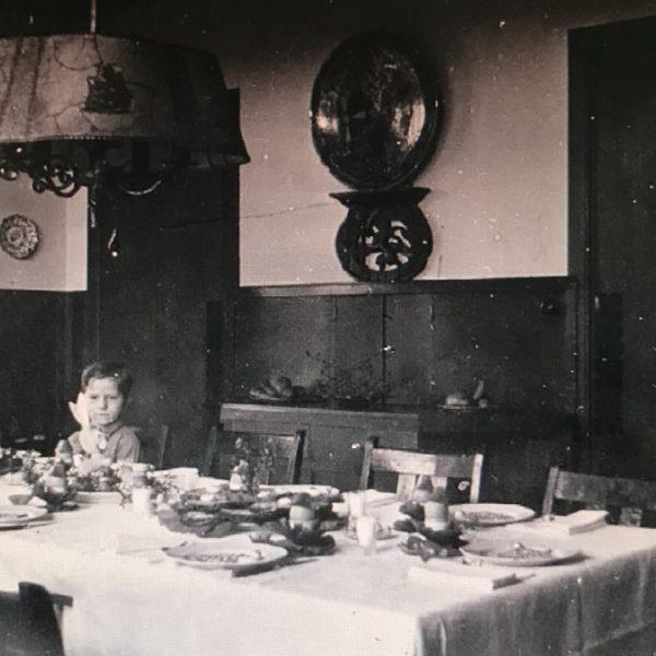 Marnix in eetkamer Het Zand jaren 30