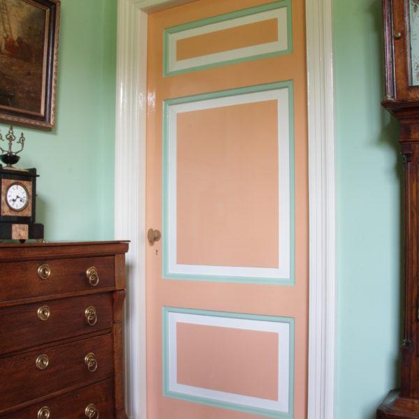Als hoofdkleur zalm-oranje voor de zitkamer.