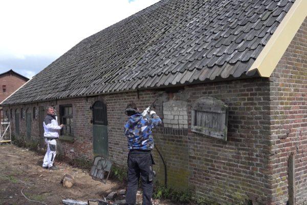 Erwin en Kasper werken aan de schuur.