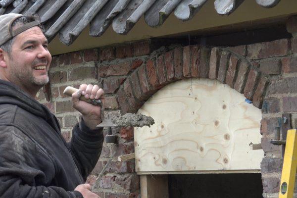 Mattheu restaureert de gevel van de schuur